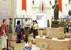 Du khách tham quan cổ vật Óc eo tại Bảo tàng Lịch sử TPHCM