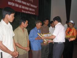 Lãnh đạo UBND huyện Tân Lạc tặng giấy khen cho các cá nhân tiêu biểu trong phong trào