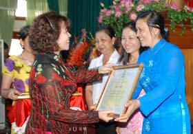 Lãnh đạo LĐLĐ Việt Nam trao Bằng khen cho các tập thể và cá nhân có nhiều thành tích xuất sắc trong phong trào thi đua
