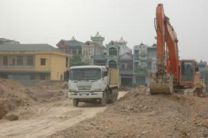 Tại những khu được bàn giao mặt bằng, các nhà thầu đang khẩn trương thi công hạ tầng khu dân cư tổ 28, phường Phương Lâm – TP Hòa Bình.