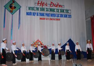 Tiết mục đánh cồng chiêng của xã Văn Sơn tại hội diễn NTQC, thi dân ca nhạc cụ dân tộc, người đẹp và trang phục huyện Lạc Sơn năm 2011.