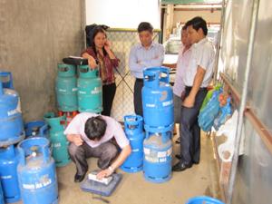 Kiểm tra việc chấp hành pháp lệnh đo lường tại thị trấn Mai Châu (Mai Châu).