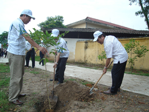 Đồng chí Quách Thế Hùng - Phó chủ tịch UBND tỉnh cùng lãnh đạo các sở, ban, ngành của tỉnh, huyện tham gia trồng cây tại trường THCS thị trấn Kỳ Sơn.