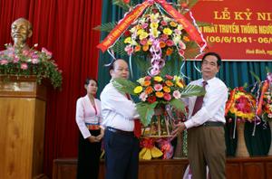 Đồng chí Nguyễn Văn Quang, Phó Bí thư TT Tỉnh ủy, tặng hoa chúc mừng Hội NCT tỉnh nhân dịp kỷ niệm 70 năm ngày truyền thống NCT Việt Nam.
