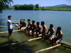 Huấn luyện viên đang hướng dẫn kỹ thuật các kiểu bơi sải, bơi ếch, bơi tự do… cho VĐV đội tuyển bơi của huyện Kim Bôi