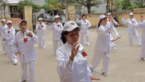 CLB dưỡng sinh của Hội NCT phường Tân Thịnh (TPHB) thu hút đông đảo hội viên tham gia luyện tập thường xuyên, đều đặn.