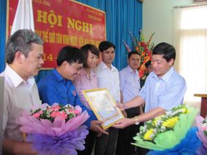 Đồng chí Bùi Văn Cửu, Phó Chủ tịch UBND tỉnh, Trưởng Ban Chỉ đạo vận động hiến máu tình nguyện tỉnh trao giấy khen cho 15 cá nhân đạt thành tích xuất sắc trong phong trào hiến máu tình nguyện năm 2011.