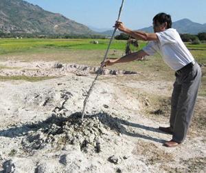 Khơi rộng miệng hố để xác định áp lực bùn phun trào.