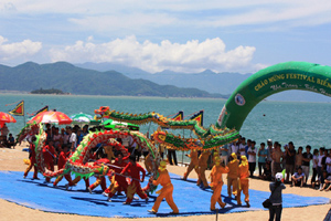 Du khách xem múa rồng trước khi tắm biển