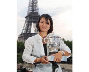 Li Na tự hào với chiếc cúp Roland Garros 2011.