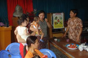 Cán bộ y tế thôn, bản phường Thịnh Lang (TPHB) tư vấn nấu cháo dinh dưỡng cho các bà mẹ.