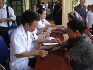 Các y, bác sỹ của đoàn công tác đã tổ chức khám bệnh, tư vấn sức khỏe và cấp thuốc miễn phí cho trên 500 người dân xã Phú Vinh.