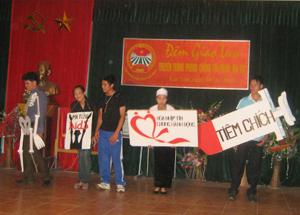 Phần hùng biện và trình diễn trang phục của CLB truyền thông xã Hương Nhượng.
