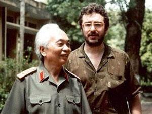 """Đại tướng Võ Nguyên Giáp và đạo diễn D.Roussel năm 1991 - đạo diễn phim tài liệu """"Điện Biên Phủ - Cuộc chiến giữa hổ và voi"""