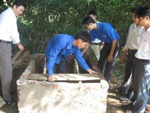 Thanh niên xã Tử Nê (Tân Lạc) đóng góp ngày công xây dựng nhà tiêu hợp vệ sinh.