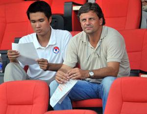 HLV Falko Goetz chỉ quan sát đội Olympic tập luyện - Ảnh: Minh Phương.