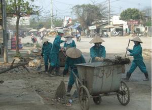 Công ty CP Môi trường đô thị Hòa Bình thu gom rác thải trong ngày.