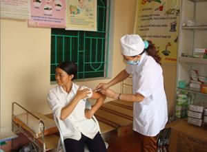 Cán bộ y tế xã Dân Chủ chăm sóc sức khỏe cho phụ nữ trong độ tuổi sinh đẻ.
