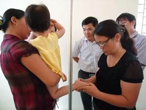 Đoàn giám sát của Sở Y tế thăm khám bệnh nhân nhi đang được điều trị tại BVĐK khu vực huyện Mai Châu.