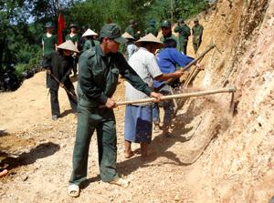 Với sự giúp đỡ của LLVT huyện, Trung đoàn 250, xã Phúc Tiến (Kỳ Sơn) đã huy động sức mạnh tổng hợp của nhân dân triển khai xây dựng làng bản văn hoá quốc phòng ở xóm Mon.