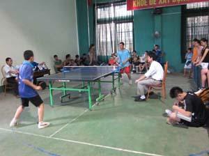 Trận chung kết đơn nam trẻ môn bóng bàn tại giải thu hút đông cổ động viên.