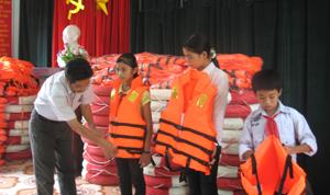 Trong khuôn khổ thực hiện công tác PCLB&TKCN, huyện Cao Phong đã cấp phát hàng trăm áo phao cứu sinh đa năng cho học sinh vùng lũ (ảnh chụp tại trường tiểu học xã Thung Nai).