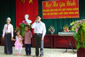 Phần thi của gia đình anh Bùi Văn Vinh và chị Đinh Thị Hương, xã Yên Quang đã giành được giải diễn viên trẻ tài năng.