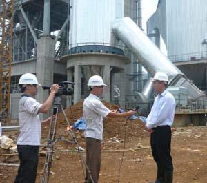 Phóng viên Báo Hòa Bình điện tử phỏng vấn kỹ sư của Nhà máy xi măng Hòa Bình tại công trường.