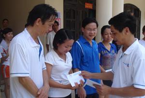 Đồng chí Đinh Văn Ổn, TBT Báo trao giải cho các VĐV đạt giải nội dung đôi nam nữ.