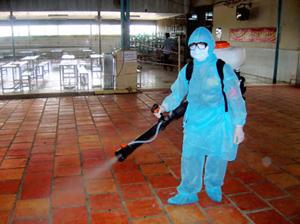 Thiếu nhân lực, không ít Trung tâm y tế dự phòng quận huyện phải thuê mướn người phun hóa chất phòng dịch