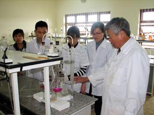 Giảng viên Trường đại học Yersin (Đà Lạt) hướng dẫn sinh viên thực hành nghiên cứu khoa học.