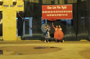 Đội văn nghệ quần chúng múa hát chào mừng thành công cuộc bầu cử.