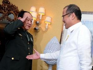 Tổng thống Philippines Benigno Aquino (phải) tiếp Bộ trưởng Quốc phòng Trung Quốc Lương Quang Liệt ngày 23/5/2011