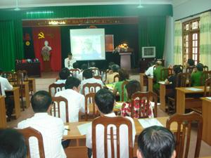 Cán bộ Trung tâm Hỗ trợ nông dân, nông thôn  - Hội Nông dân Việt Nam triển khai chương trình đổi MBH kém chất lượng lấy MBH mới đúng quy chuẩn tại tỉnh.