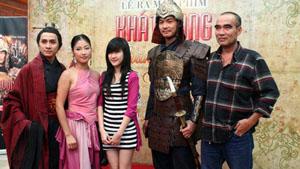 Đạo diễn Lưu Trọng Ninh (ngoài cùng bên phải) cùng con gái và các diễn viên chính tham dự buổi ra mắt phim tại Hà Nội.