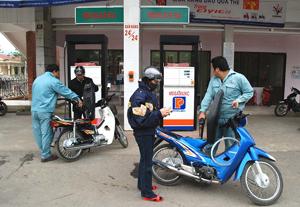 CNVC-LĐ Chi nhánh Xăng dầu Hòa Bình phục vụ khách hàng chu đáo, văn minh.