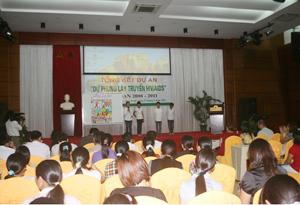 Học sinh trường PTCS Phú Minh(Kỳ Sơn) tham gia trình bày nội dung tuyên truyền kể chuyện qua tranh tại hội thảo.