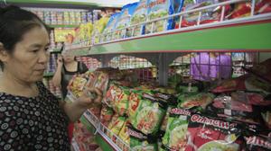 Chọn mua mì gói tại siêu thị.