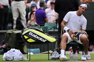Nadal nén đau giữa trận đấu.