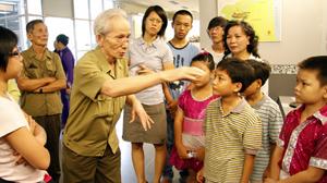 Ông Lê Kỳ Quang kể chuyện với các cháu ở bảo tàng.