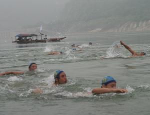 Các VĐV xã Yên Phú đã giành 2 HCV, 3HCĐ tại giải bơi các cự ly – Bơi vượt sông truyền thống cúp truyền hình tỉnh năm 2011.