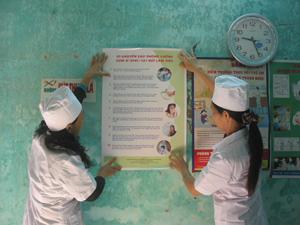 Dán pa nô, áp phích tại nơi làm việc, trường học, KDC là một trong những biện pháp truyền thông hiệu quả nâng cao ý thức phòng bệnh chủ động được Trung tâm YTDP huyện Cao Phong áp dụng.