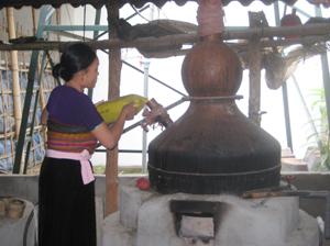 Gia đình chị Vi Thị Tồn (xóm Chiềng Hạ, xã Mai Hạ) được đầu tư nồi chưng cất tinh chế trị giá hơn 500 triệu đồng để thử nghiệm sản xuất rượu Mai Hạ chất lượng cao.