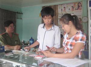 Đoàn kiểm tra liên ngành của huyện Tân Lạc kiểm tra việc kinh doanh sim, thẻ điện thoại trên địa bàn thị trấn Mường Khến (Tân Lạc).