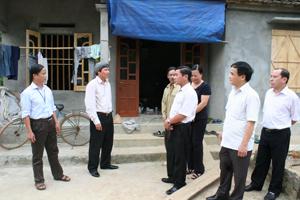 Lãnh đạo UBND tỉnh, các sở, ngành khảo sát việc triển khai  chính sách hỗ trợ nhà ở tại xã Hữu Lợi, huyện Yên Thủy.