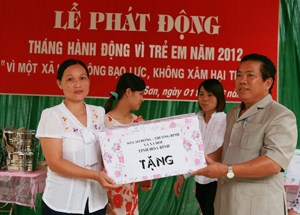 Lãnh đạo Sở LĐ - TB & XH trao quà cho trường mầm non Họa Mi xã Dân Hạ huyện Kỳ Sơn.