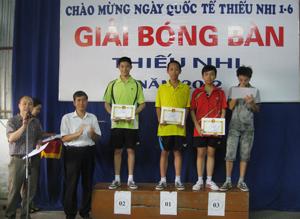 BTC trao giải cho các VĐV đạt thành tích cao ở nội dung đơn nam tuổi 14- 15.