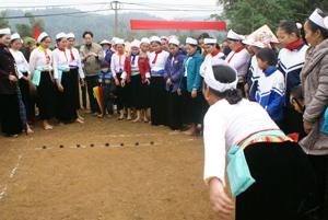 Người dân xã Ngân Nghĩa (Lạc Sơn) thường xuyên tổ chức các trò chơi dân gian trong các lễ hội của vùng mường Vang. ảnh: HD