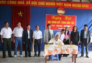 Đại diện lãnh đạo MTTQ tỉnh và các ban, ngành của tỉnh, huyện Kỳ Sơn chứng kiến ký kết quy chế phối hợp giữa Ban thanh tra nhân dân, Ban giám sát cộng đồng xóm Trung Mường 1, xã Yên Quang (Kỳ Sơn) về công tác giữ gìn ANCT -TTATXH trên địa bàn.
