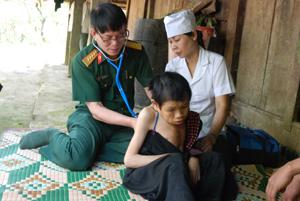 """Khắc ghi lời Bác dạy """"Lương y như từ mẫu"""", các y, bác sỹ Bệnh viện Quân y 7 tập trung, nỗ lực, tận tình hơn trong việc chăm sóc người bệnh ở xã Hang Kia (Mai Châu)."""